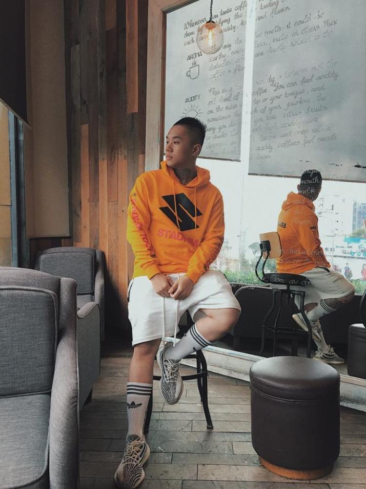 """Như bao người, fashionisto Sony Le cũng nhanh tay tậu """"vedette"""" vàng chóePrinted Hooded Shirt từ bộ sưu tập StadiumMerch x H&Mcủa Justin Bieber."""