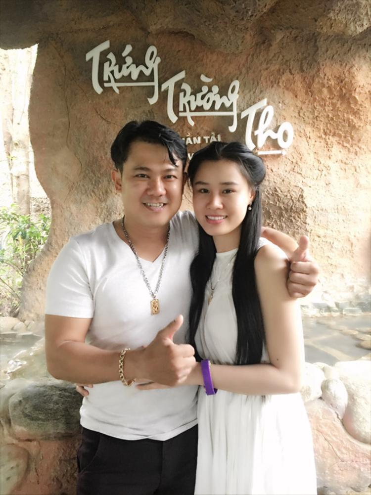 Vân Quang Long tình cảm bên bà xã Linh Lan.