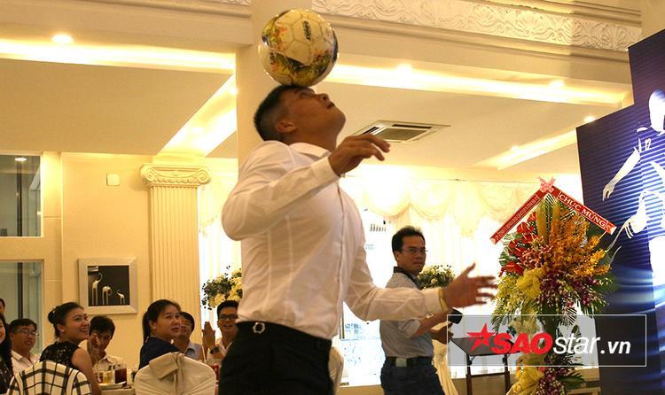 Ngay lập tức, ngôi sao một thời của bóng đá Việt Nam khiến tất cả có mặt tại buổi lễ phải trầm trồ trước những động tác xử lý đầy kỹ thuật của mình.