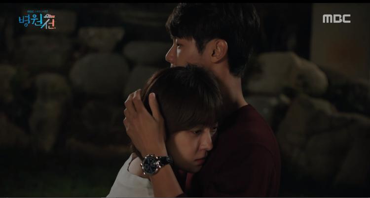Bác sĩ Kwak Hyun hiểu được sự chân thành của bác sĩ Song Eun Jae và ôm cô vào lòng.