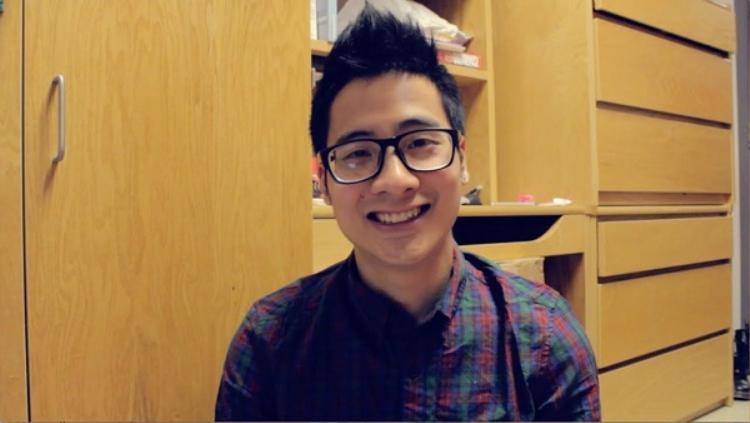 Hình ảnh anh chàng vlogger với cặp kính cận quá quen thuộc với nhiều người. JV sở hữu khuôn mặt vuông khá điển trai.