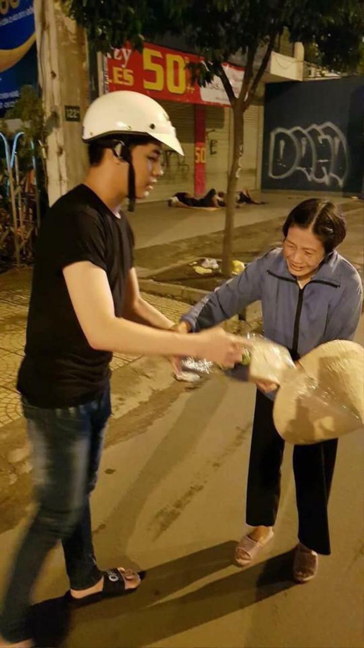Noo Phước Thịnh tận tay trao từng phần quà cho những người vô gia cư trên địa bàn TP.HCM.