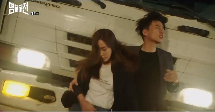 Heo Im và bác sĩ bác sĩ Choi Yeon Kyung bị xe tải tông.