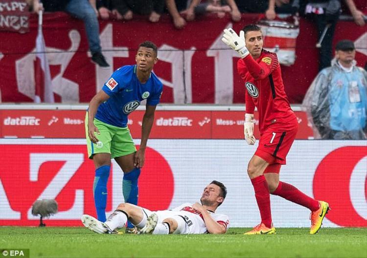 Cầu thủ Đức vỡ mũi, hốc mắt và gãy hàm sau pha thúc gối tàn khốc của đối thủ