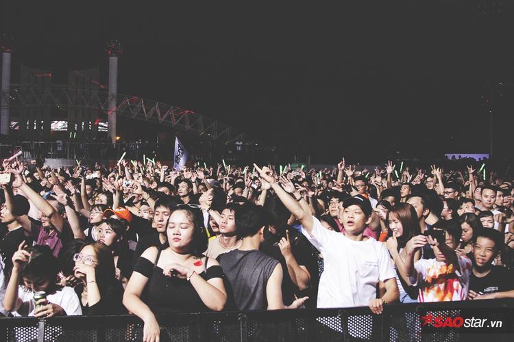 Set nhạc bay bổng và giàu cảm xúc của anh đã hoàn toàn chinh phục hơn 10 nghìn fan có mặt.