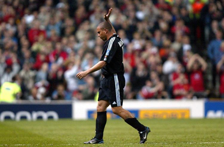Ronaldo khiến sân Old Trafford phải vỗ tay không ngớt khi anh rời sân, dù đã ghi 3 bàn vào lưới MU.