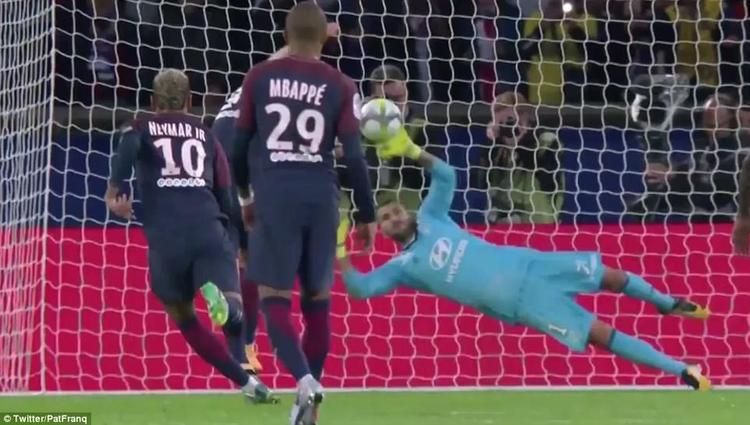 Cavani sút hỏng quả 11 mét mà Neymar vất vả kiếm về.