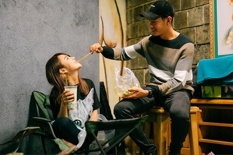 Cặp đôi tình tứ, đút nhau ăn khiến mọi người vô cùng ngưỡng mộ trước tình yêu của họ.