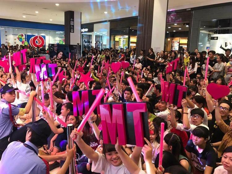 Khán giả quây kín khu vực sảnh trung tâm thương mại nơi Mỹ Tâm biểu diễn trong sự kiện vừa qua.