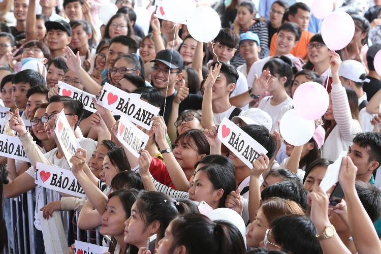 Dù 10h30 sự kiện mới bắt đầu, nhưng trước đó, các fan đã có mặt rất sớm - từ 7h sáng. Họ cùng nhau xếp hàng dài để chuẩn bị hòa mình vào sự kiện cũng như mong muốn trở thành những người may mắn nhất vào chương trình đầu tiên.