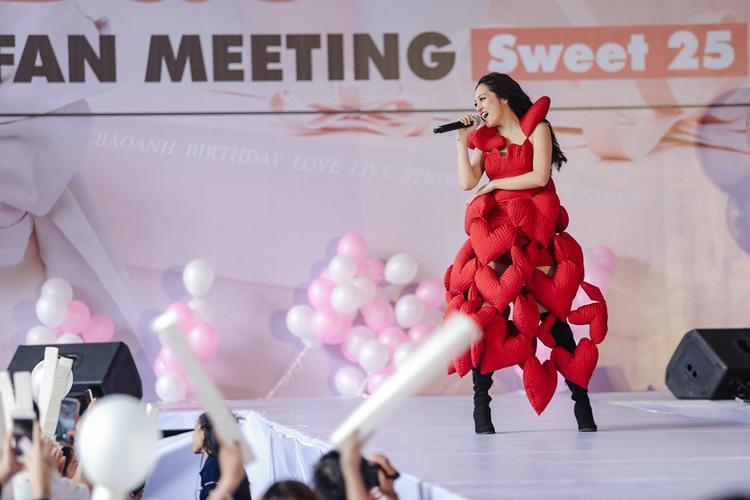 """Tiết mục ấn tượng nhất trong buổi fan meeting của Bảo Anh đó là khi cô thay bộ đồ """"nhồi bông"""" màu đỏ rất ấn tượng được kết từ vài chục trái tim lớn nhỏ lại với nhau rồi thể hiện ca khúc In the Night."""