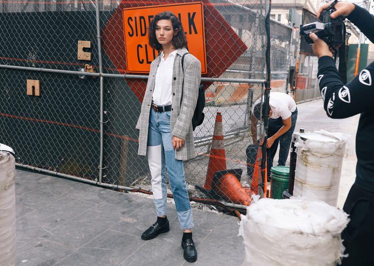 Những mẫu blazer họa tiết đang trở thành xu hướng thời trang trong mùa thu đông với sự biến tấu mạnh mẽ cùng phom dáng cứng cáp.