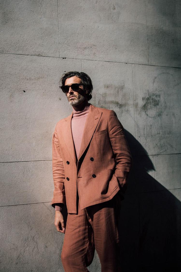 Chiếc áo cổ lọ gam màu trầm hợp với bộ suit là yếu tố khiến quý ông cá tính và thời trang hơn.