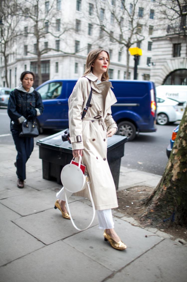 Những mẫu áo khoác mangto là một item đặc trưng cho thời trang Anh Quốc. Hầu như quý cô nào cũng phải sở hữu ít nhất một thiết kế trong tủ đồ.