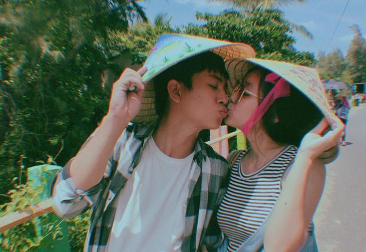 Hoài Lâm cùng bạn gái Bảo Ngọc khóa môi đầy ngọt ngào.