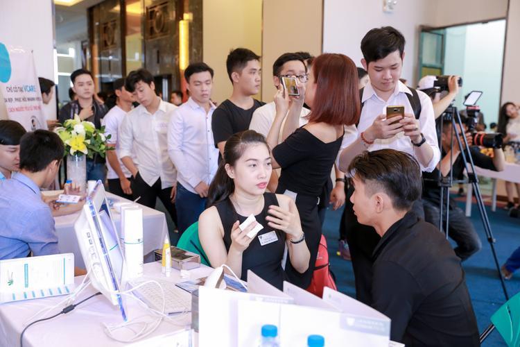 Các thí sinh Nam khi đến tham gia Casting Mister 360mobi, ngoài việc gặp gỡ giám khảo Quang Hùng, còn được tư vấn các liệu trình chăm sóc da miễn phí.