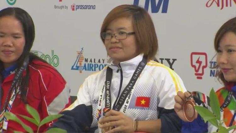 Vi Thị Bằng trên bục nhận huy chương vàng Para Games 2017.