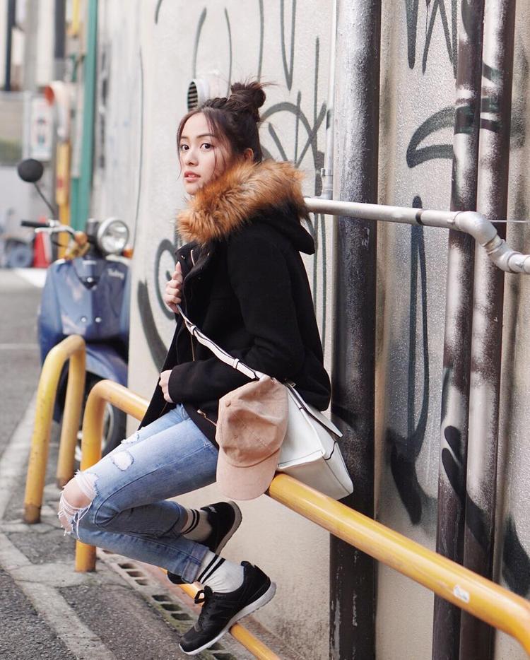Thay đổi một chút với khoác lông vũ để tăng độ ấm nhưng vẫn không quên thật sành điệu trong jeans rách cùng loạt phụ kiện đi kèm.