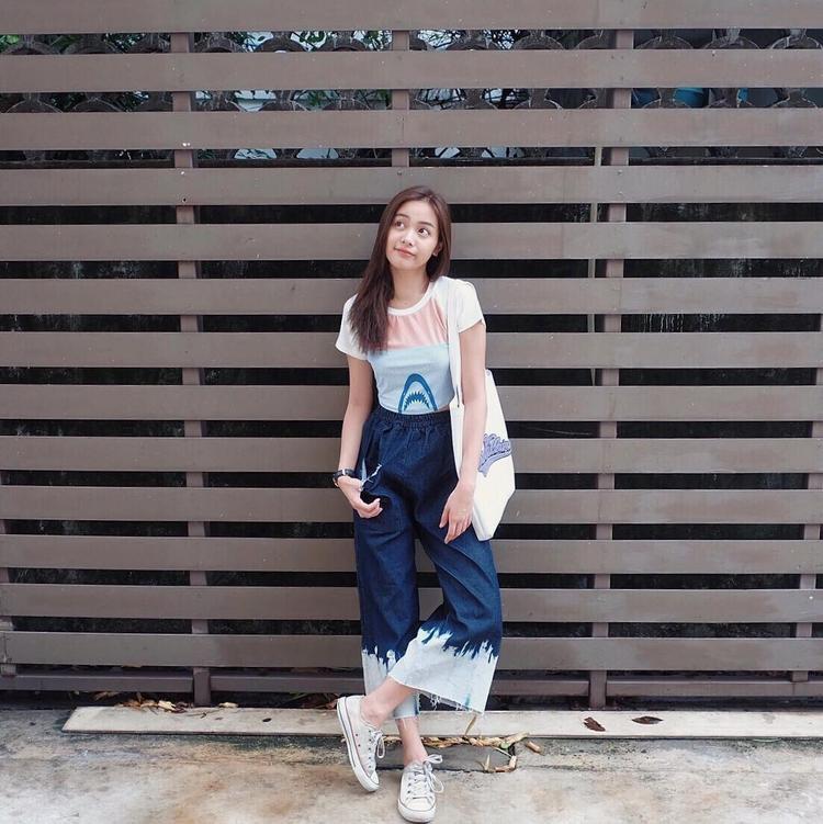 """Năng động và khỏe khoắn với quần culottes jeans phối màu khá độc đáo. Để tăng thêm tính thời trang và màu sắc hơn thì việc kết hợp với một chiếc t-shirt ngộ nghĩnh đủ đểEisaya Hosuwan """"ăn điểm"""" tuyệt đối."""