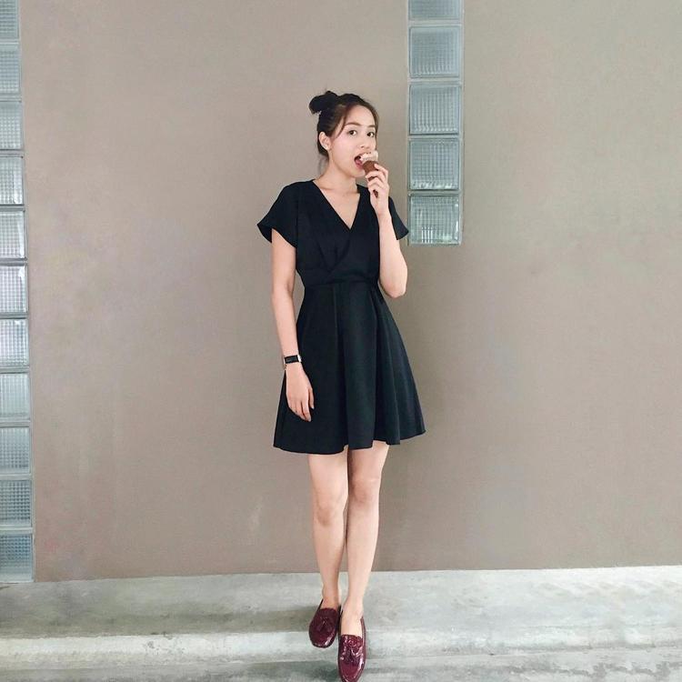 Gam màu đen cơ bản thường là sự lựa chọn hàng đầu của Eisaya trong các mẫu váy đầm xinh xắn dạo phố. Dù diện thiết kế đơn giản nhưng không thể phủ nhận cô nàng vẫn cứ hút trọn spotlight.