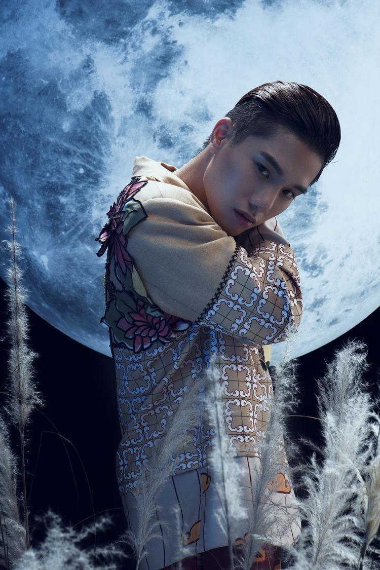 Juun Đăng Dũng diệnmẫu suit được cách điệu lạ mắt với tông pastel cổ điển, hoạ tiết hoa kẻ caro kết hợp âm hưởng Á Đông được tái hiện trên trang phục.