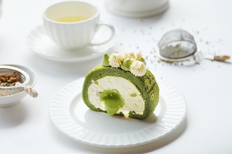 Matcha Roll Cake: Bánh cuộn bông lan trà xanh mềm mịn với nhân cream Chantilly và matcha cream tan chảy kèm thêm hạt dẻ Pháp.