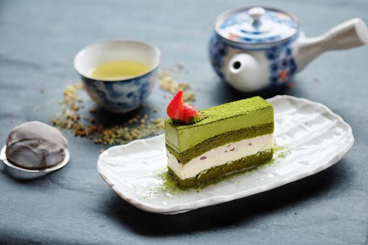 Matcha Mousse được lấy cảm hứng từ cặp nguyên liệu cổ điển của món ngọt Nhật là bột Matcha và đậu đỏ.Được tạo thành từ nhiều lớp, bánh mang đến cảm giác mềm, ngọt.