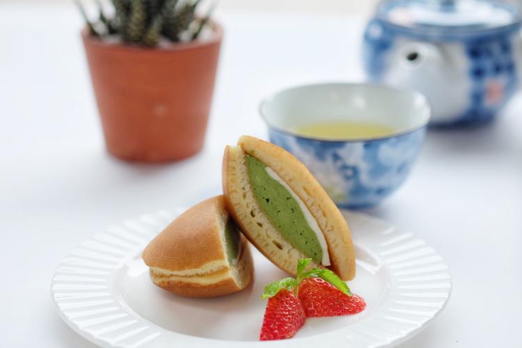 Matcha Dorayaki: Khác với phiên bản truyền thống nhân đậu đỏ, món bánh được yêu thích của Doremon được biến tấu với lớp nhân kem matcha mousse và jelly sữa để giảm bớt vị ngọt, tặng thêm vị đắng nhẹ.