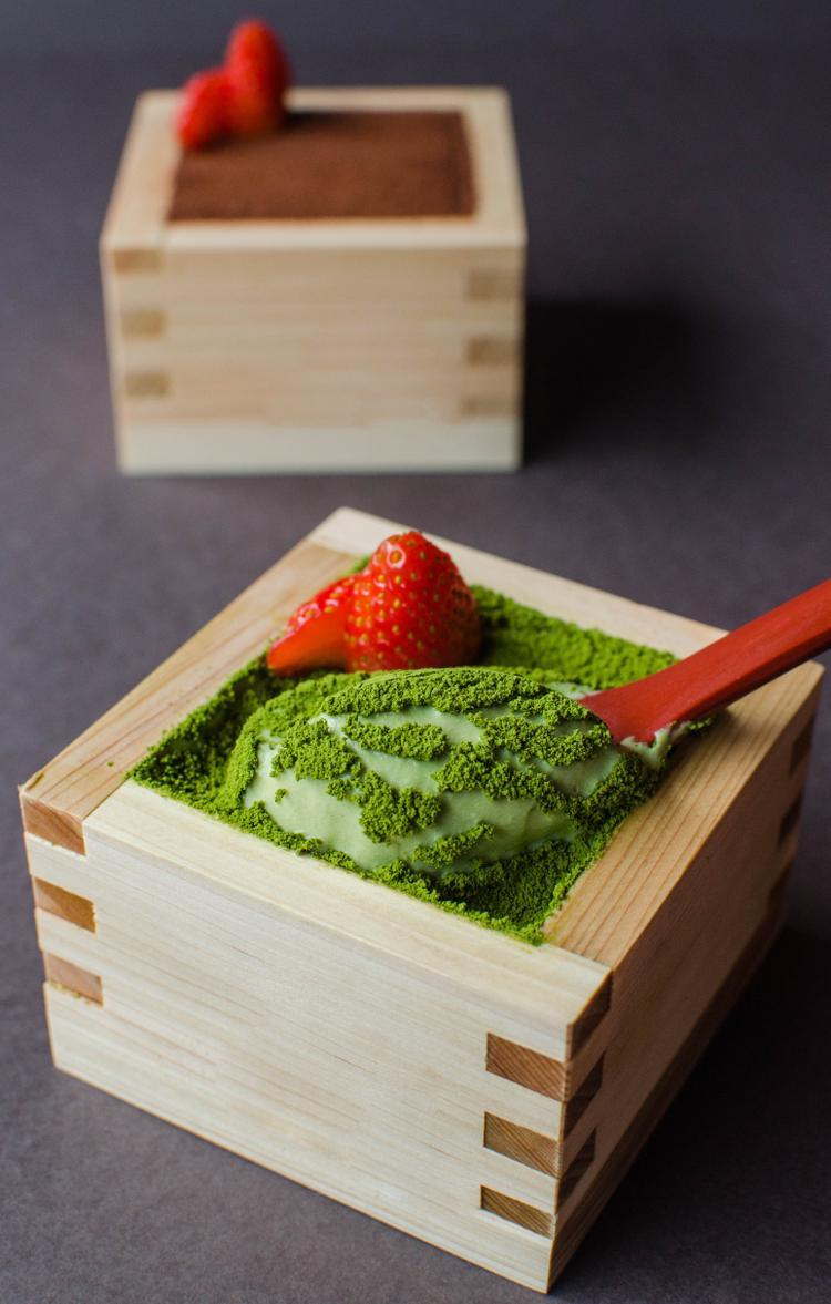 Fresh Matcha Tiramisu: Xu hướng đựng bánh Tiramisu trong hộp gỗ Nhật đang được ưa chuộng tại đất nước mặt trời mọc cùng một số nước Đông Nam Á đã được Morico (Lê Lợi, quận 1) giới thiệu với thực khách TP.HCM. Với cách trình bày này, khi thưởng thức tiramisu matcha ngoài vị thơm của phô mai, của trà xanh, bạn còn cảm nhận được hương thơm đặc trưng của gỗ.
