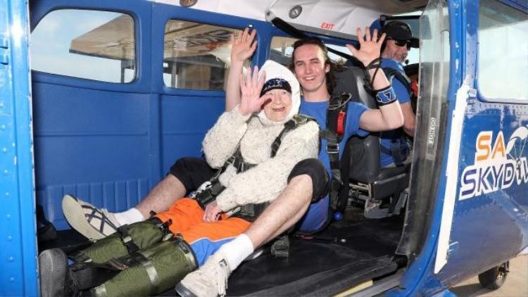 Jed Smith và cụ Irene O'Shea trên khoang máy bay.