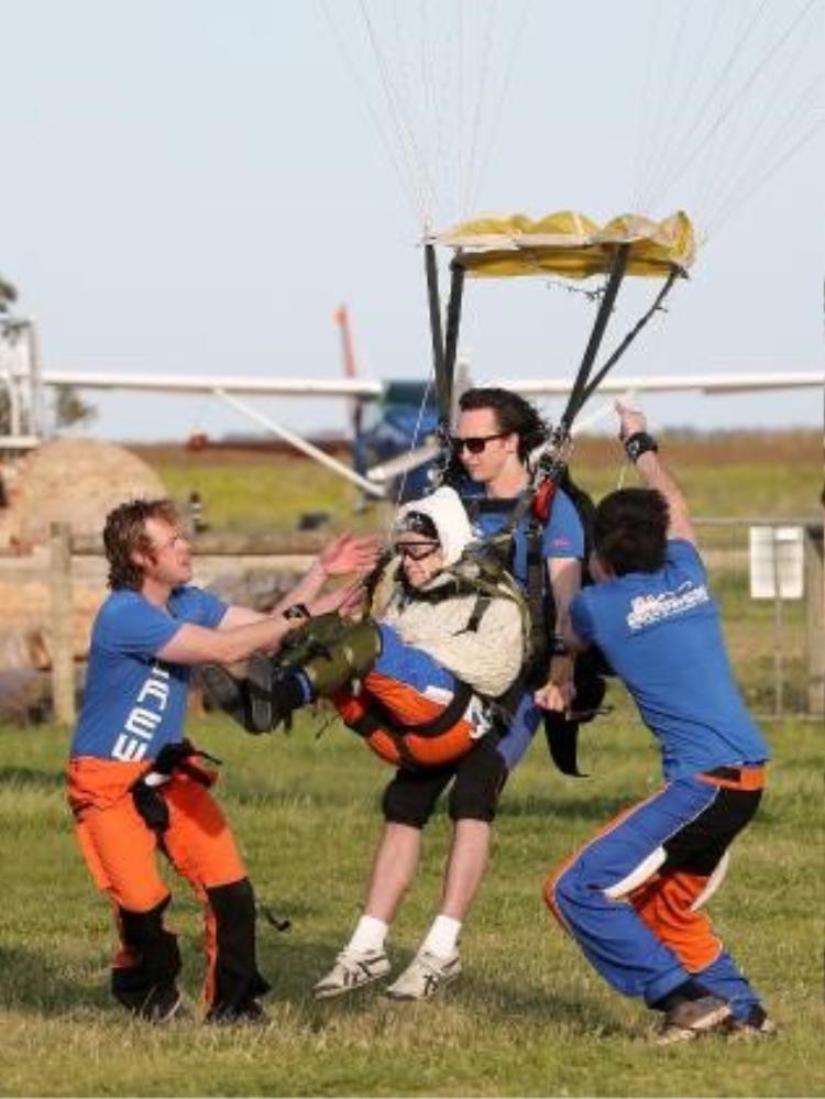 Irene O'Shea đã tiếp đất với sự giúp đỡ của các nhân viên SA Skydiving.