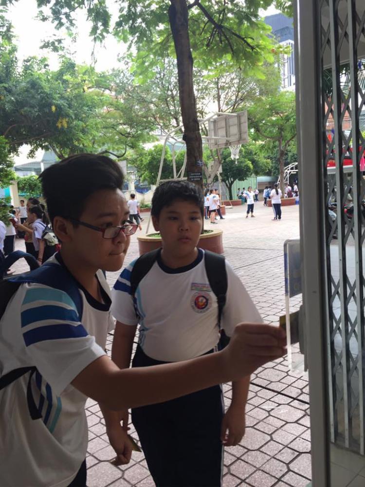 Trường THCS Trần Văn Ơn: Điểm danh bằng hình thức quẹt thẻ, thời sao đỏ nay còn đâu?