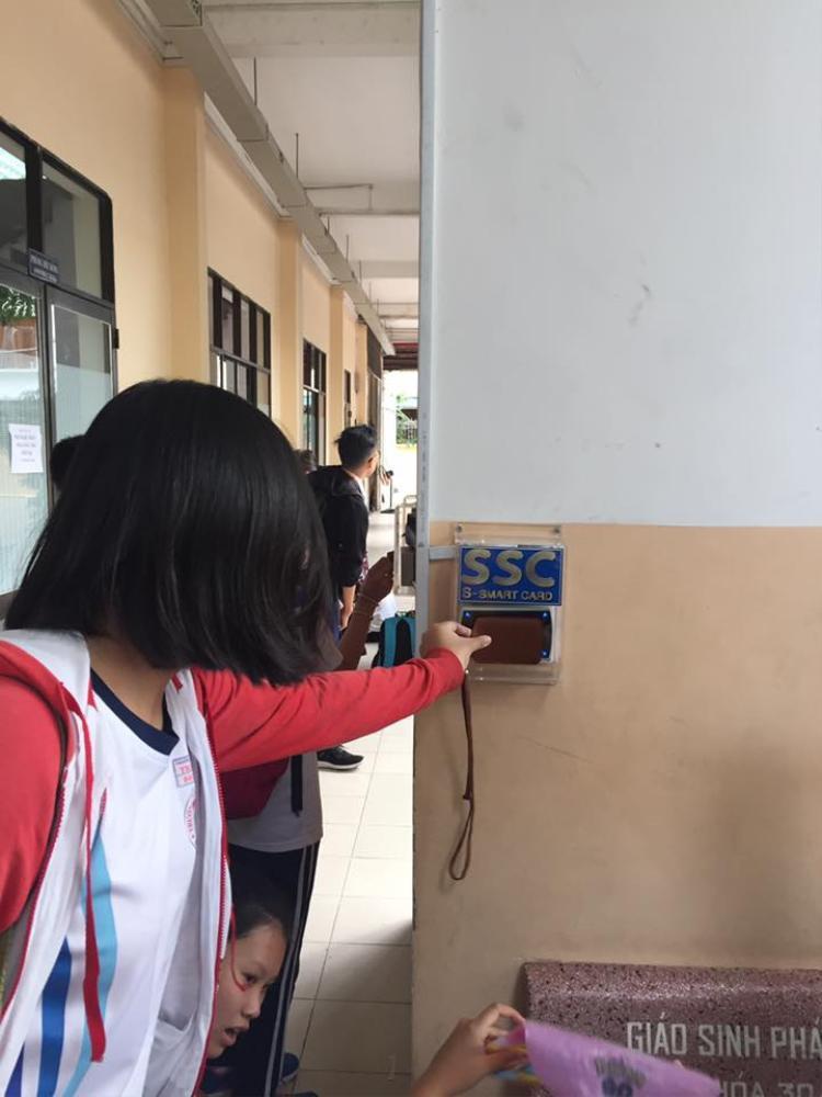 Máy chấm điểm danh được bố trí ngay cổng ra vào sân trường.