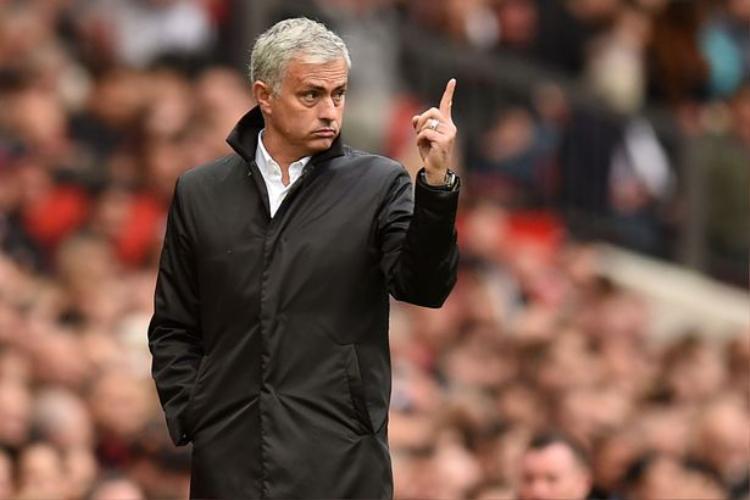 Jose Mourinho tấn công Koeman và nỗi oán hận của một tượng đài