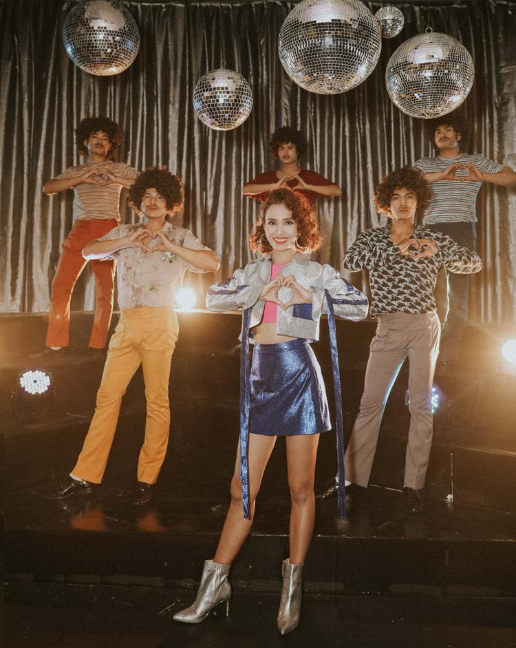 Phần giai điệu ca khúc mang hơi hướng vui tươi, màu sắc MV được thiết kế mang hơi hướng của những thập niên 80s. Sự đan xen giữa hiện đại và cổ điển khiến Mạnh mẽ lên cô gáitrở thành một trong những sản phẩm đáng xem trong thời điểm cuối năm 2017.