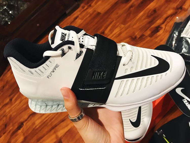 Nếu bạn chưa biết,Nike Romaleos 3 mới phát hành năm nay. Chúng được dành riêng cho người cử tạ hạng nặng.