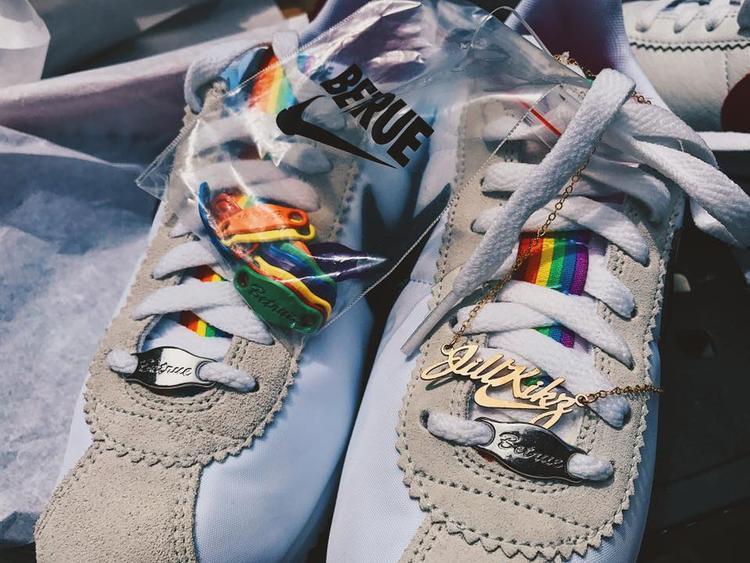 """Khi đến mua giày, tôi được Nike Town LA làm tặng dây đeo đi cùng, khắc tên """"Jill Kickz""""."""