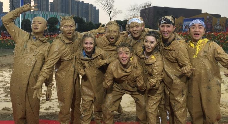 Các thành viên Running Man Trung Quốc sau trận đấu bùn.