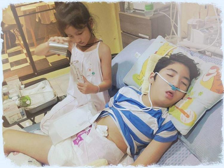 Ikkyu 4 năm sau khi tai nạn chụp cùng em gái.