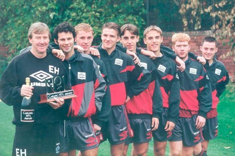 Eric Harrison (trái) cùng 7 thành viên của thế hệ 1992.
