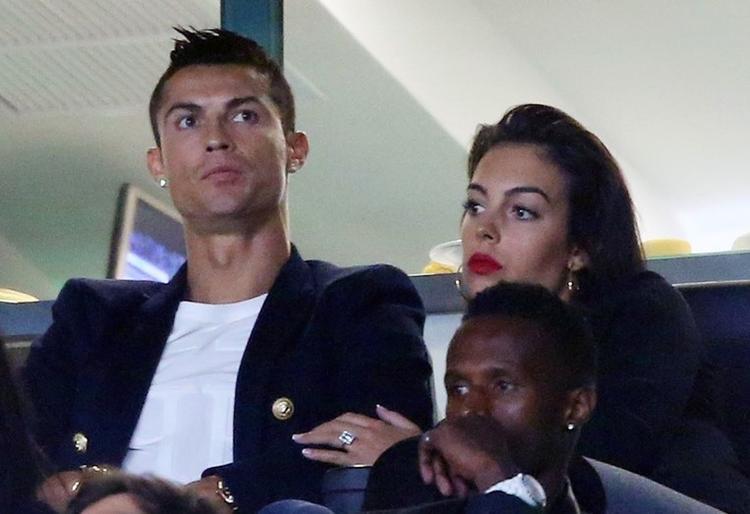 Bạn gái Ronaldo đeo nhẫn kim cương 'khủng' ở tay trái.