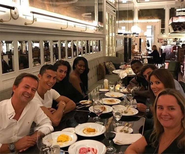 Hai người ăn tối tại một trong những nhà hàng sang trọng nhất Lisbon.