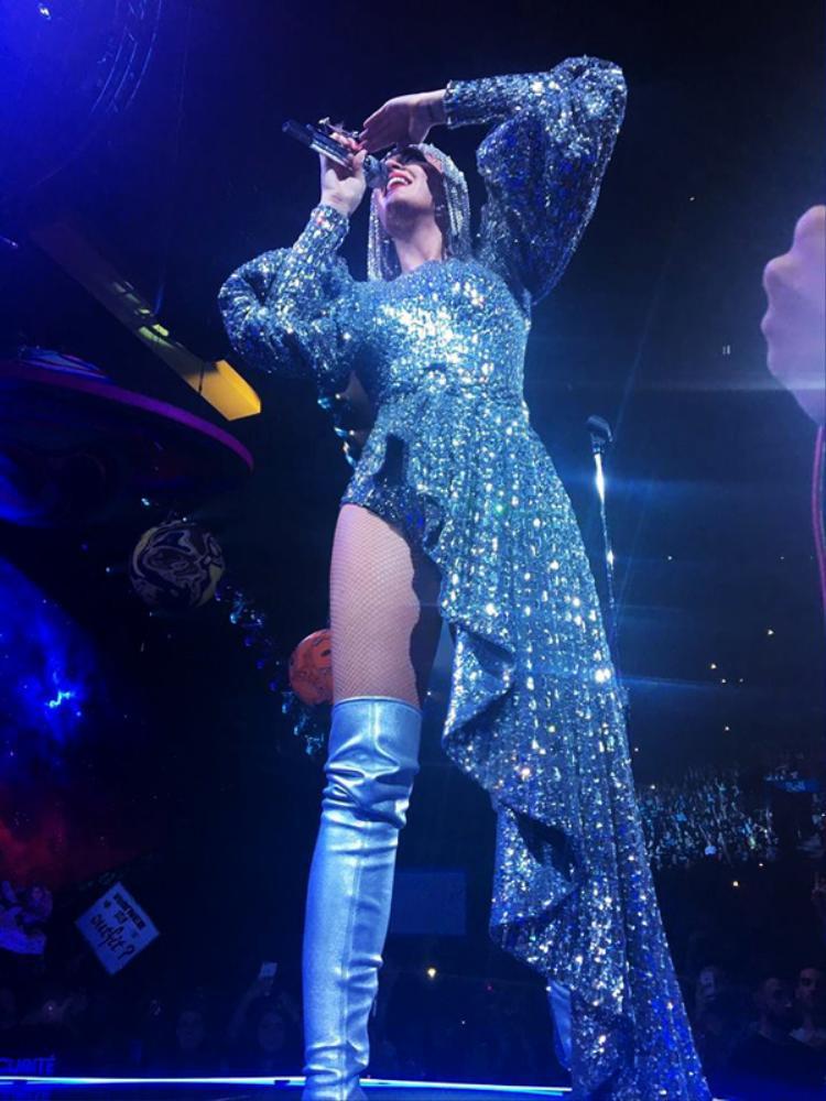 """Váy """"bên mất bên còn"""" giúp nữ ca sĩ hot nhất nhì thế giới khoe đôi chân thon dài miên man."""