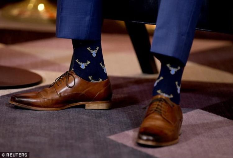 Ông cũng sở hữu một đôi với họa tiết sừng nai.