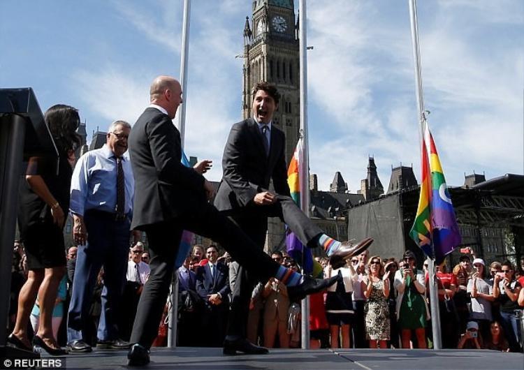 Thủ tướng Canada đã nhấc chân như thể khoe đôi tất đôi với tân Thủ tướng Ai len Varadkar vào tháng 6 vừa rồi