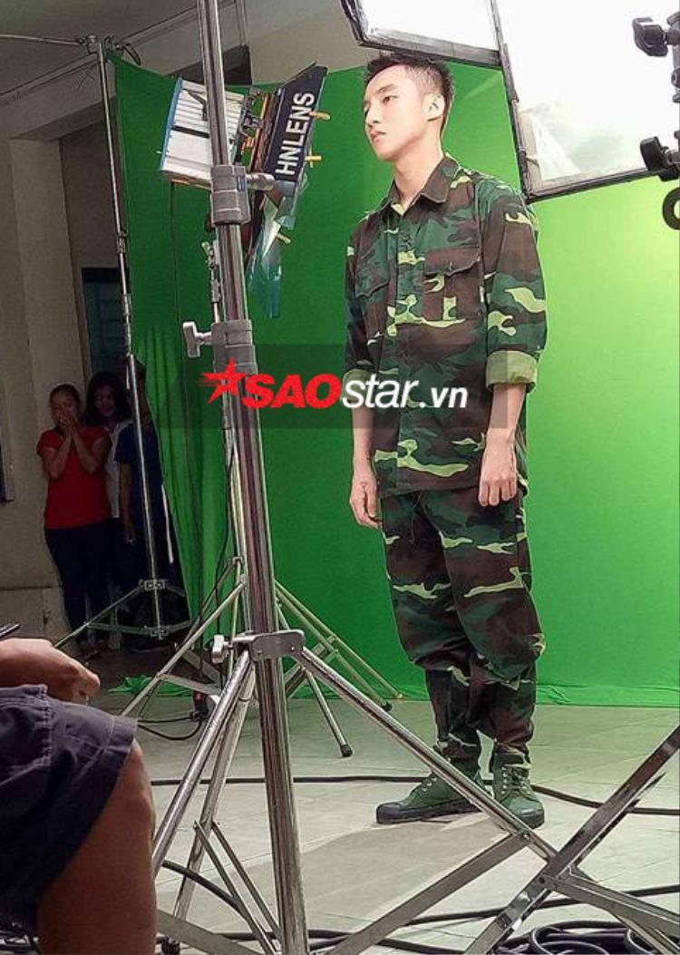 """Cận cảnh vẻ điển trai """"khó cưỡng"""" của Sơn Tùng M-TP trong buổi chụp ảnh."""