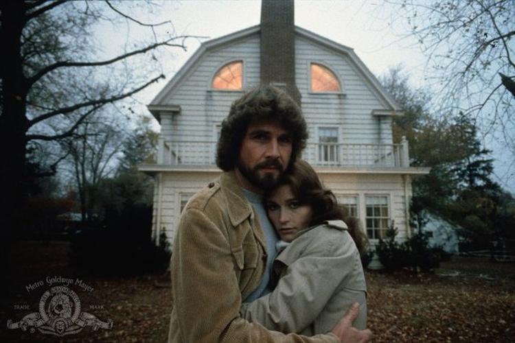 James Brolin and Margot Kidder đóng vai George & Kathy Lutz trong phim The Amityville Horror (1979) với doanh thu 86 triệu USD vào thời điểm đó.