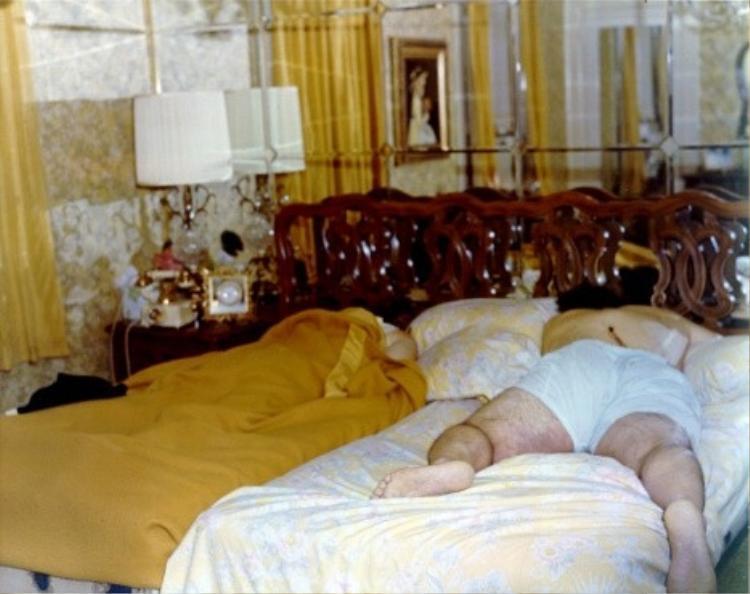 Xác chết của cha mẹ Ron Defeo, ông Ron, Sr. (bên phải) and Louise (bên trái) trong phòng ngủ của họ.