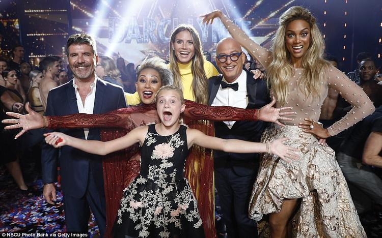 Các HLV đều rất hài lòng với phần thể hiện của cô bé trong đêm Chung kết lần này.
