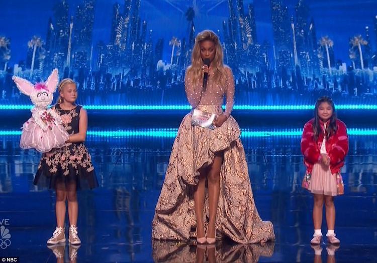 Darci Lynne (trái) vàAngelica Hale - hai cô bé xuất sắc nhất America's Got Talent 2017.